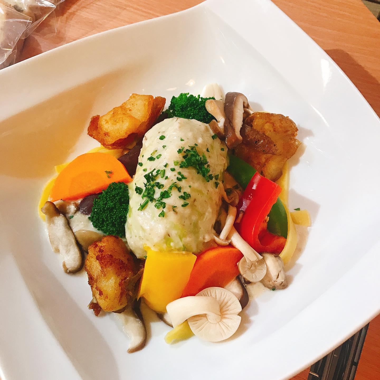 今日から新メニューの一品目は ロールキャベツと キノコのクリームソース いろんな野菜🥦🥬をお口の中で 楽しんではいかがですか^_^