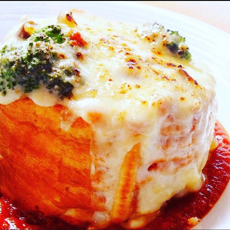 寒い日の定番パングラタン お野菜がゴロゴロ入っており、 榛名牛乳のベシャメルソースで召し上がれ∩^ω^∩