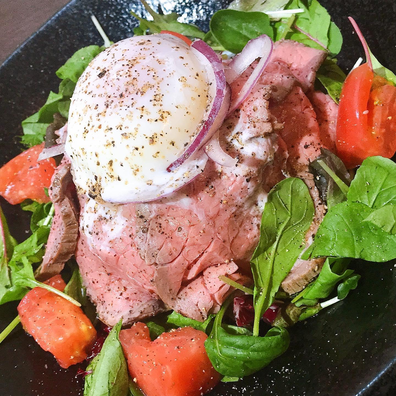人気のローストビーフ トロトロの卵を️上にのせ シャキシャキのスライスオニオン🧅の相性が抜群生姜と国産ニンニクの秘伝のソースで召し上がれ